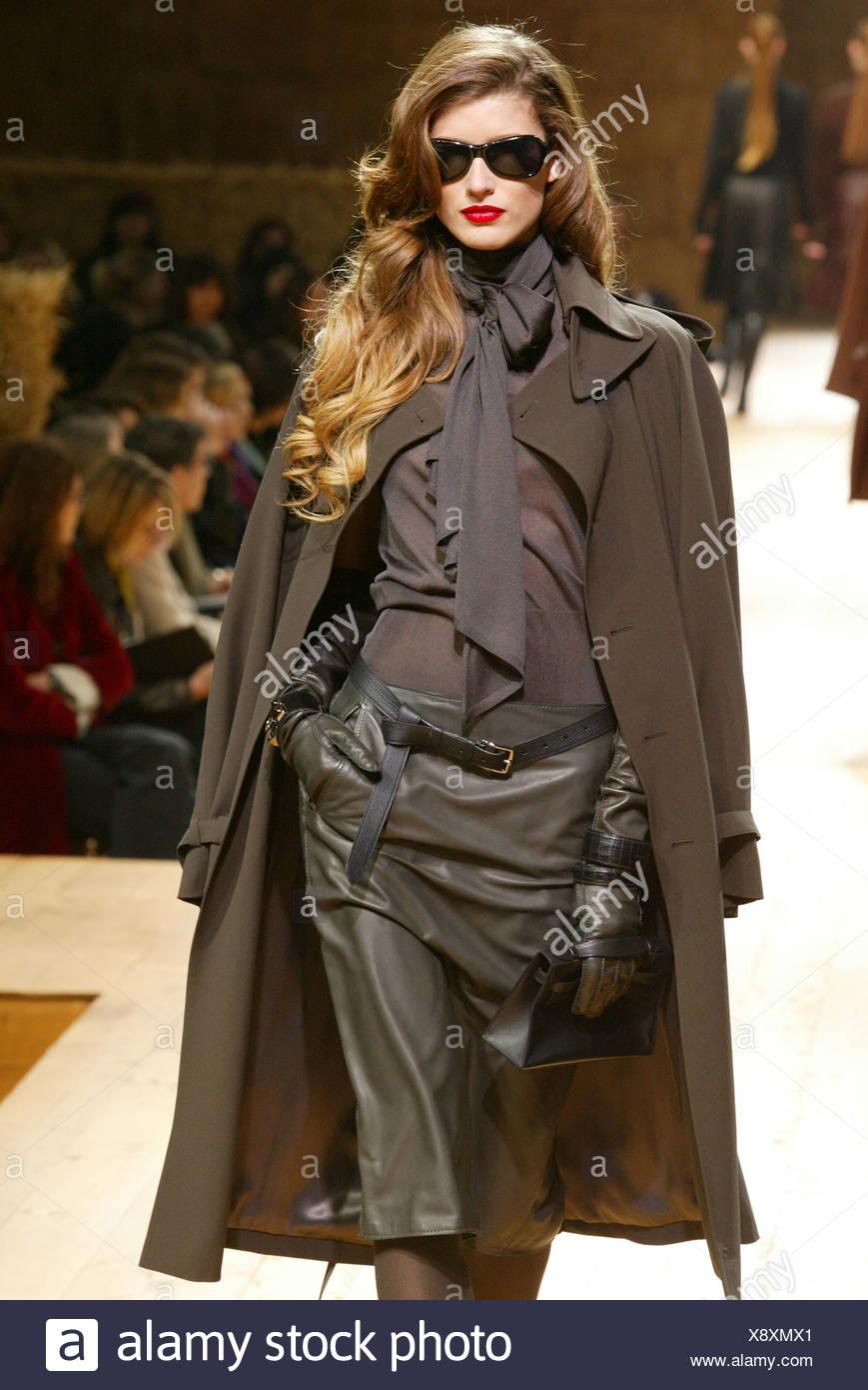 cb42a696af Hermes Paris listo para ponerse Otoño Invierno modelo morena de largo  cabello ondulado, lápiz labial