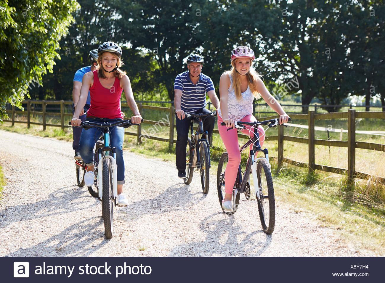 Familia con hijos adolescentes en Paseo en Bicicleta en el campo Imagen De Stock