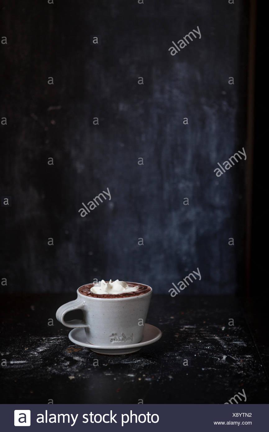 Taza de chocolate caliente en una habitación oscura Foto de stock
