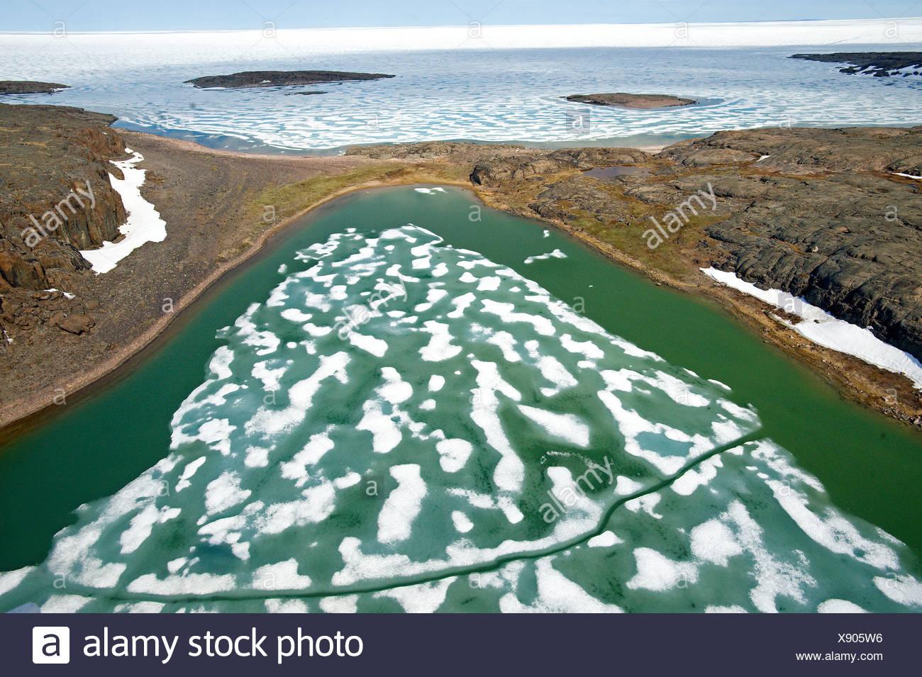 Fusión del hielo en el Océano Ártico con características del litoral, del Golfo de la Coronación, Nunavut Foto de stock