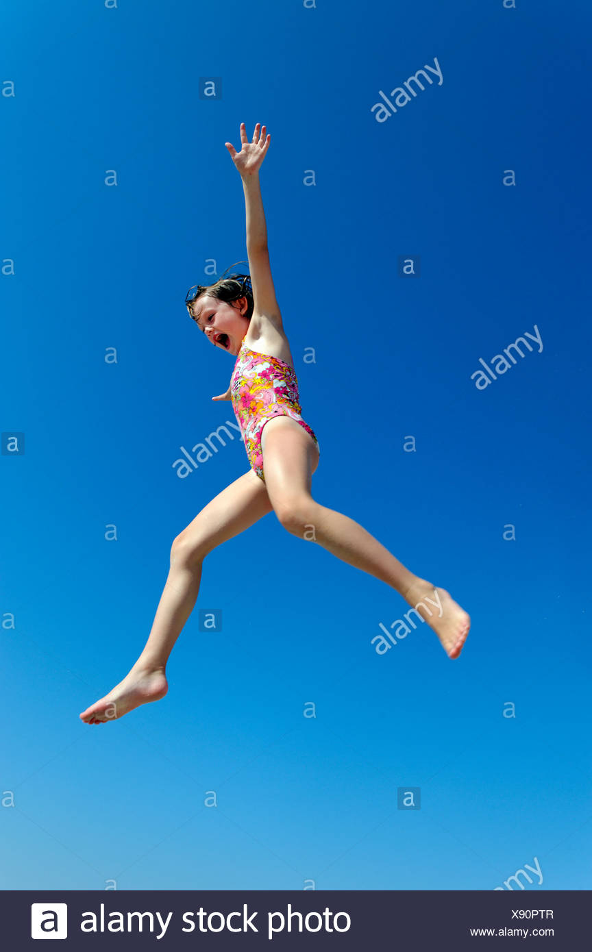 Chica alegre saltando. Imagen De Stock