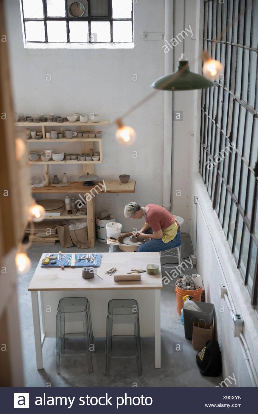 Ver elevados alfarería femenina mediante rueda de alfarería en art studio Imagen De Stock
