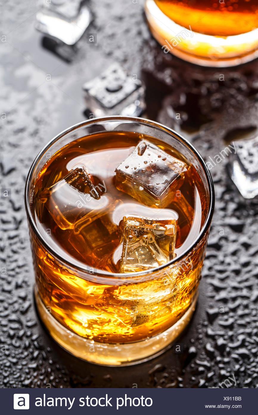 La bebida alcohólica con hielo en un vaso Imagen De Stock