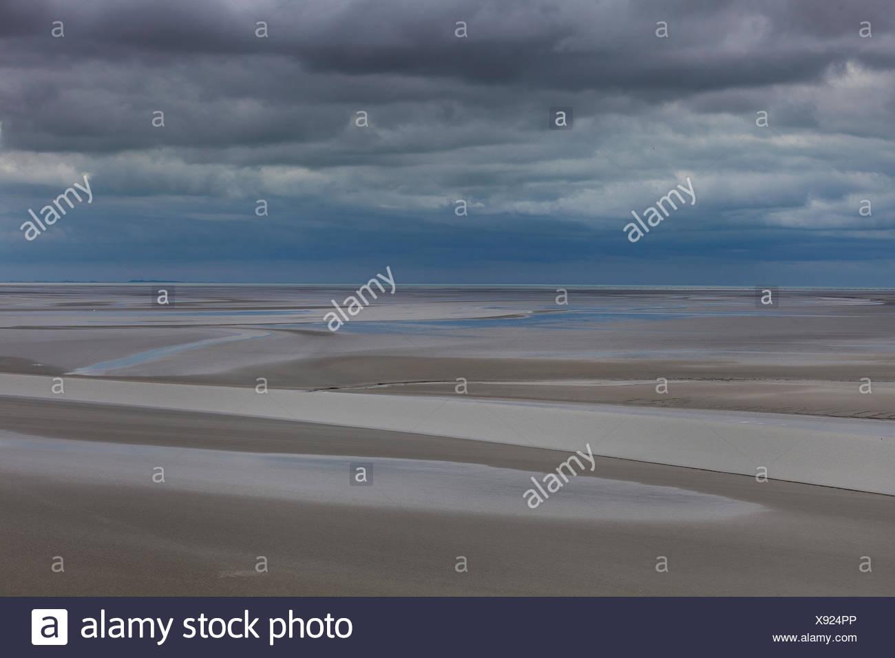 Mont Saint Michel en la marea baja Normandía - Francia Foto de stock