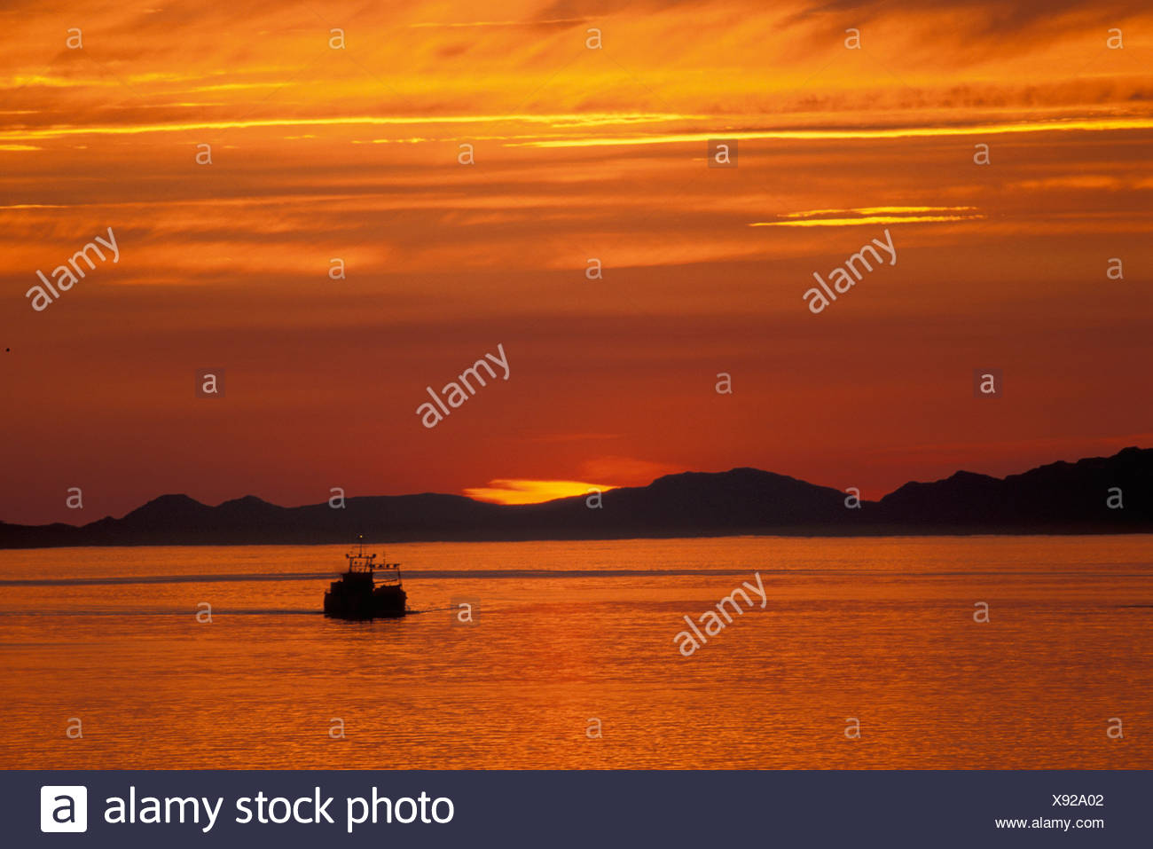 Sunset, pasaje, cerca de San Petersburgo, Alaska, EE.UU., esbozó, naranja, amanecer, crepúsculo, crepúsculo, amanecer, tarde, noche, barco, lago Imagen De Stock