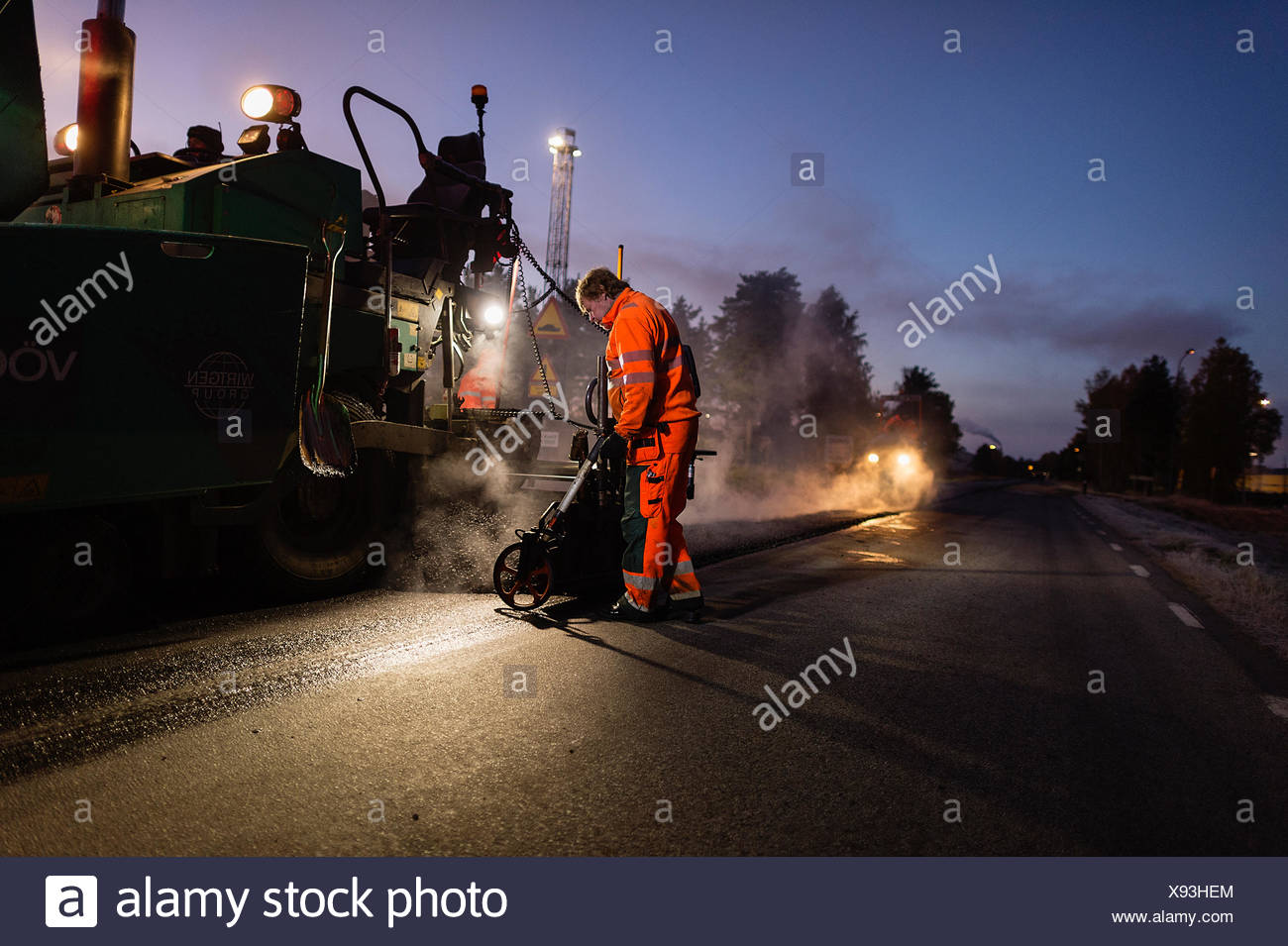 Suecia, Narke, tres trabajadores manuales reparación de carretera Imagen De Stock