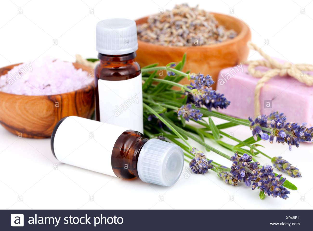 La lavanda, aceite de lavanda, sales de baño, jabón sobre fondo blanco. Imagen De Stock