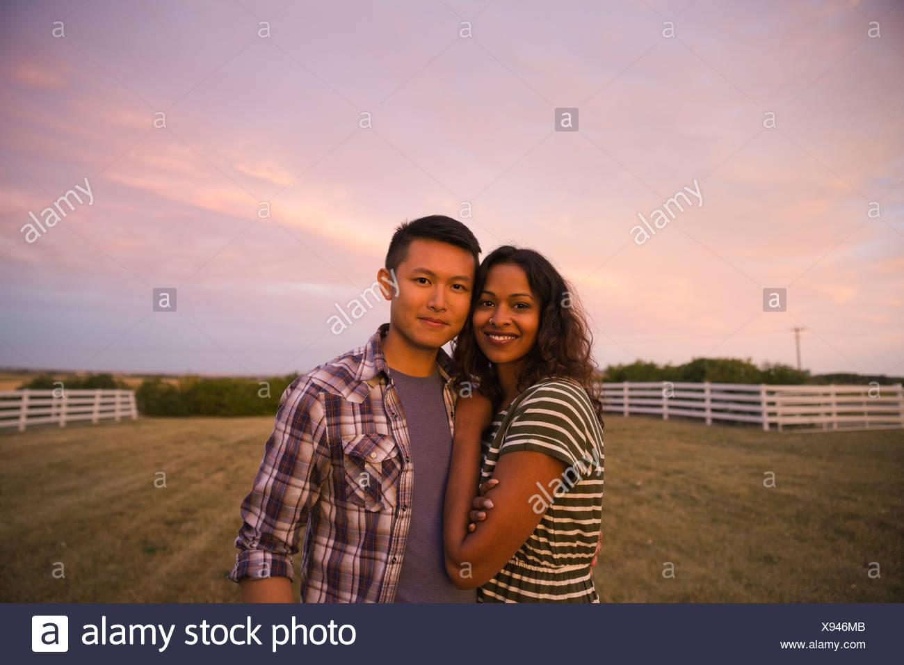 Retrato de pareja multiétnico de pie afuera Imagen De Stock