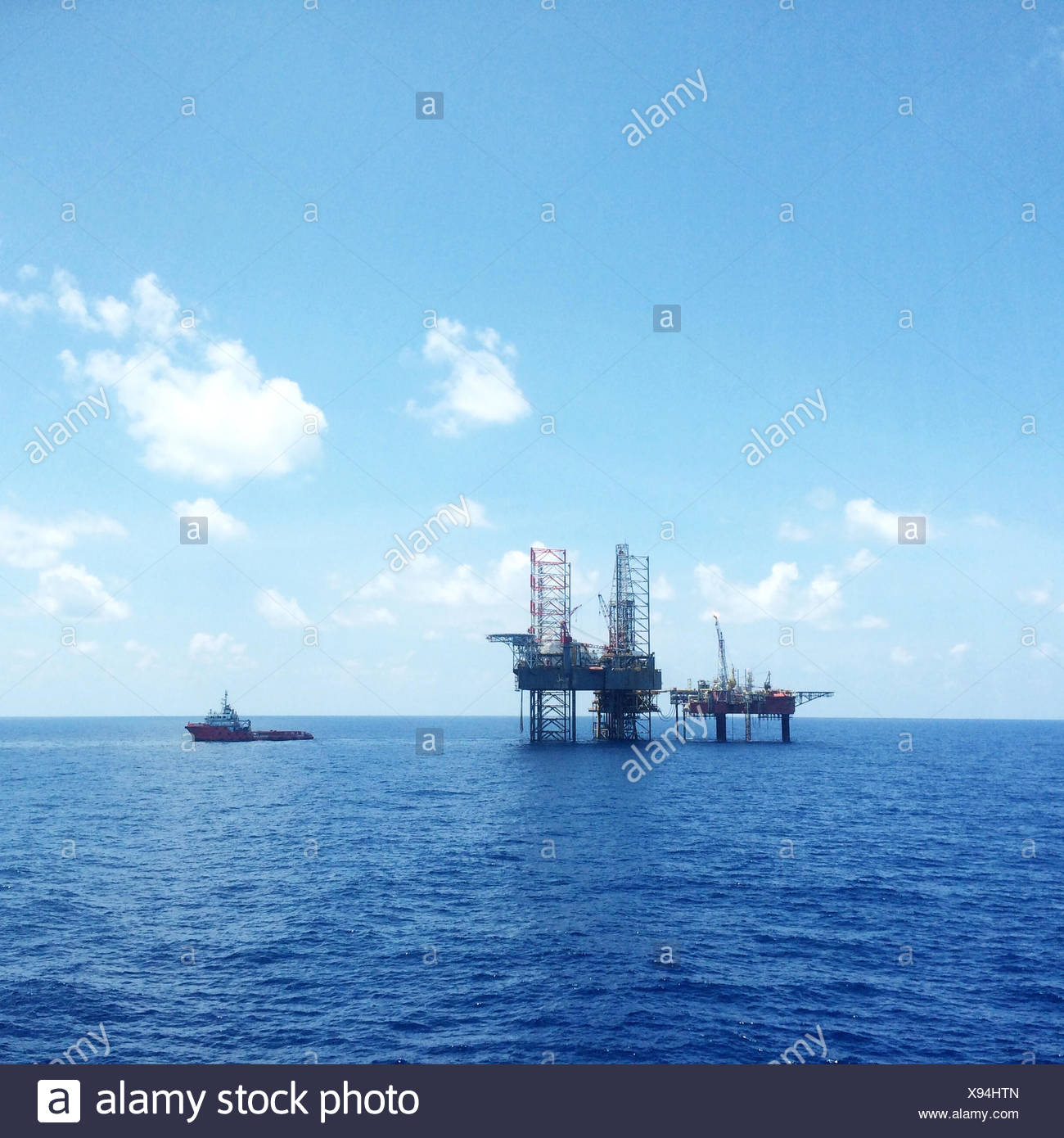 Petróleo y gas costa afuera de la plataforma con el buque de transporte de carga Imagen De Stock