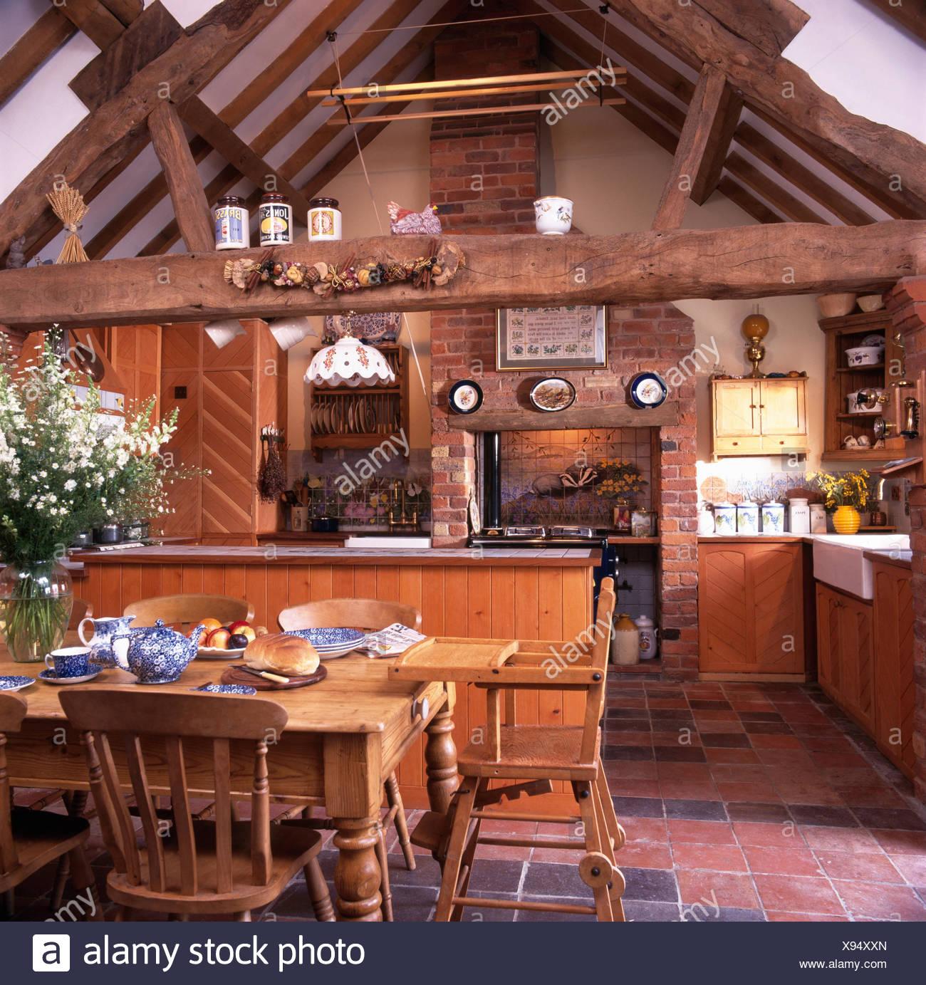 Mesa y sillas de pino en un granero convertido cocina comedor con ...