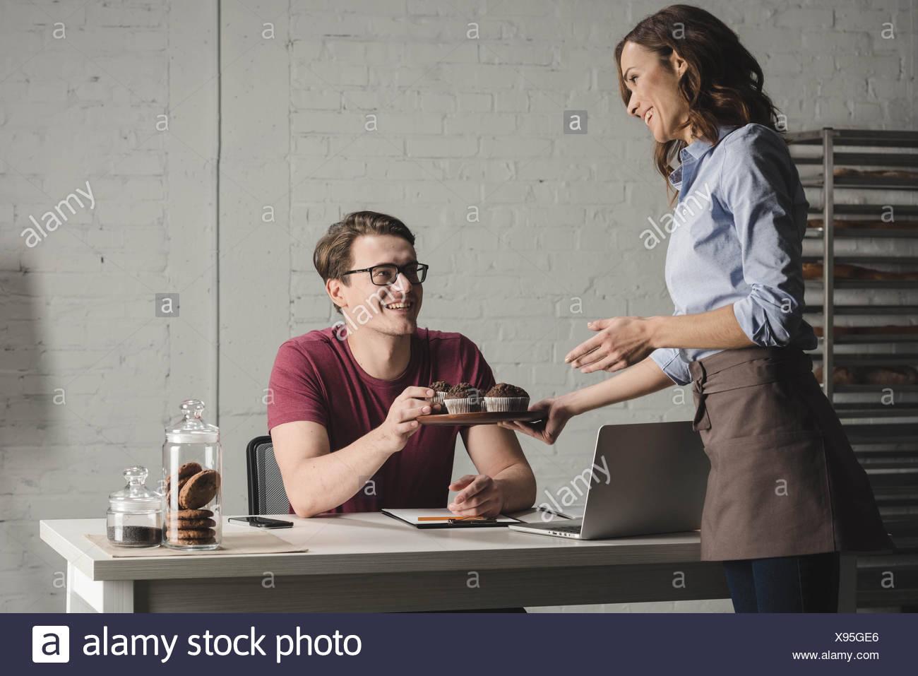Examinando los panaderos pastelería Foto de stock