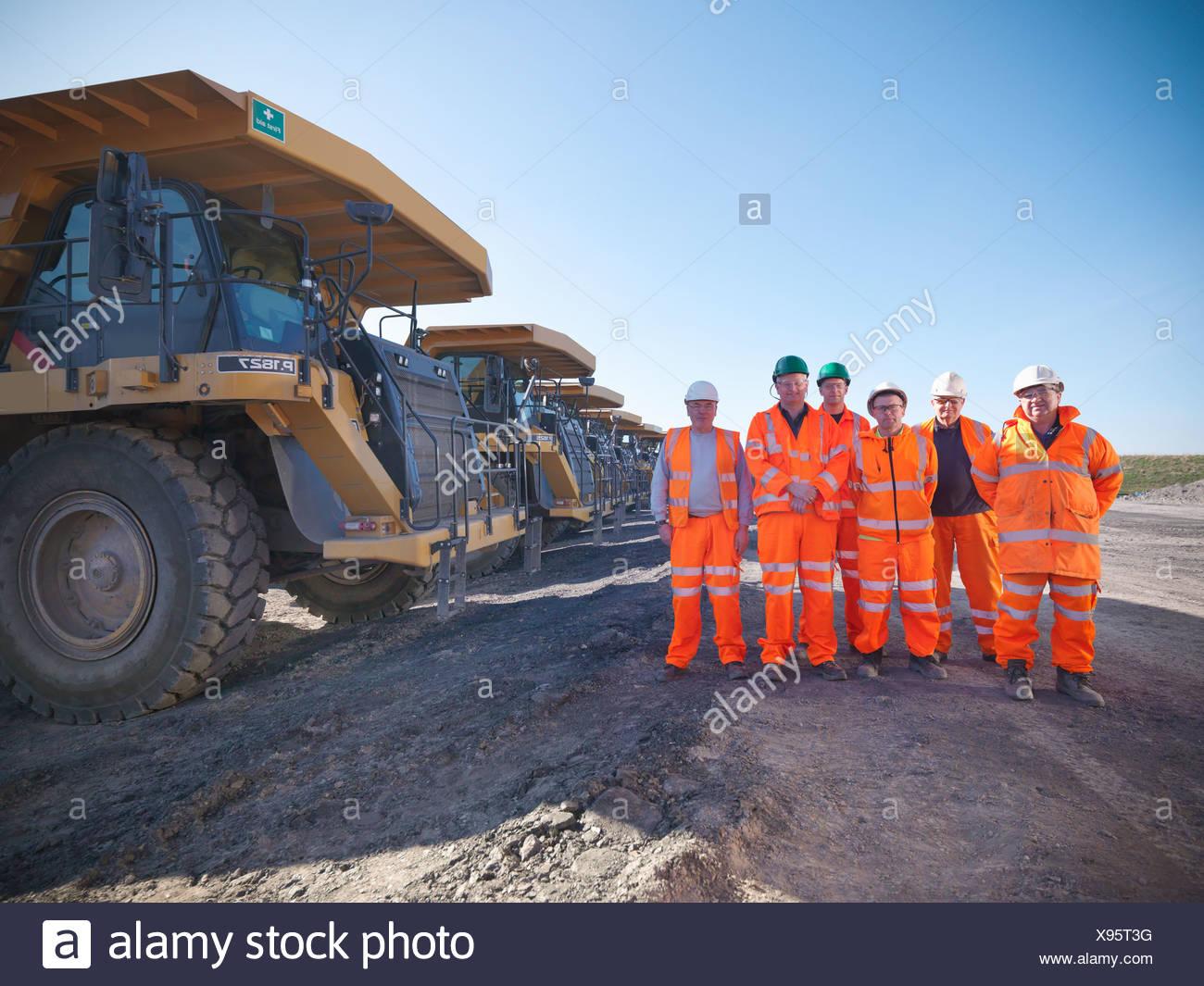 Los trabajadores de pie juntos en la mina de carbón Foto de stock