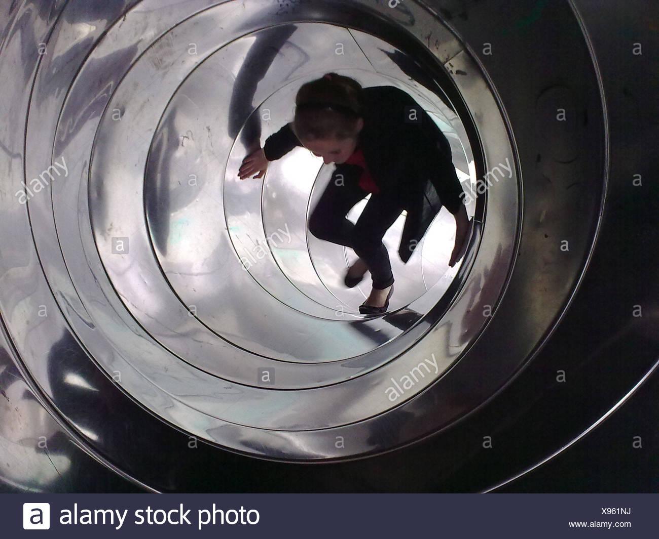 Adolescente caminando dentro del túnel diapositiva Imagen De Stock
