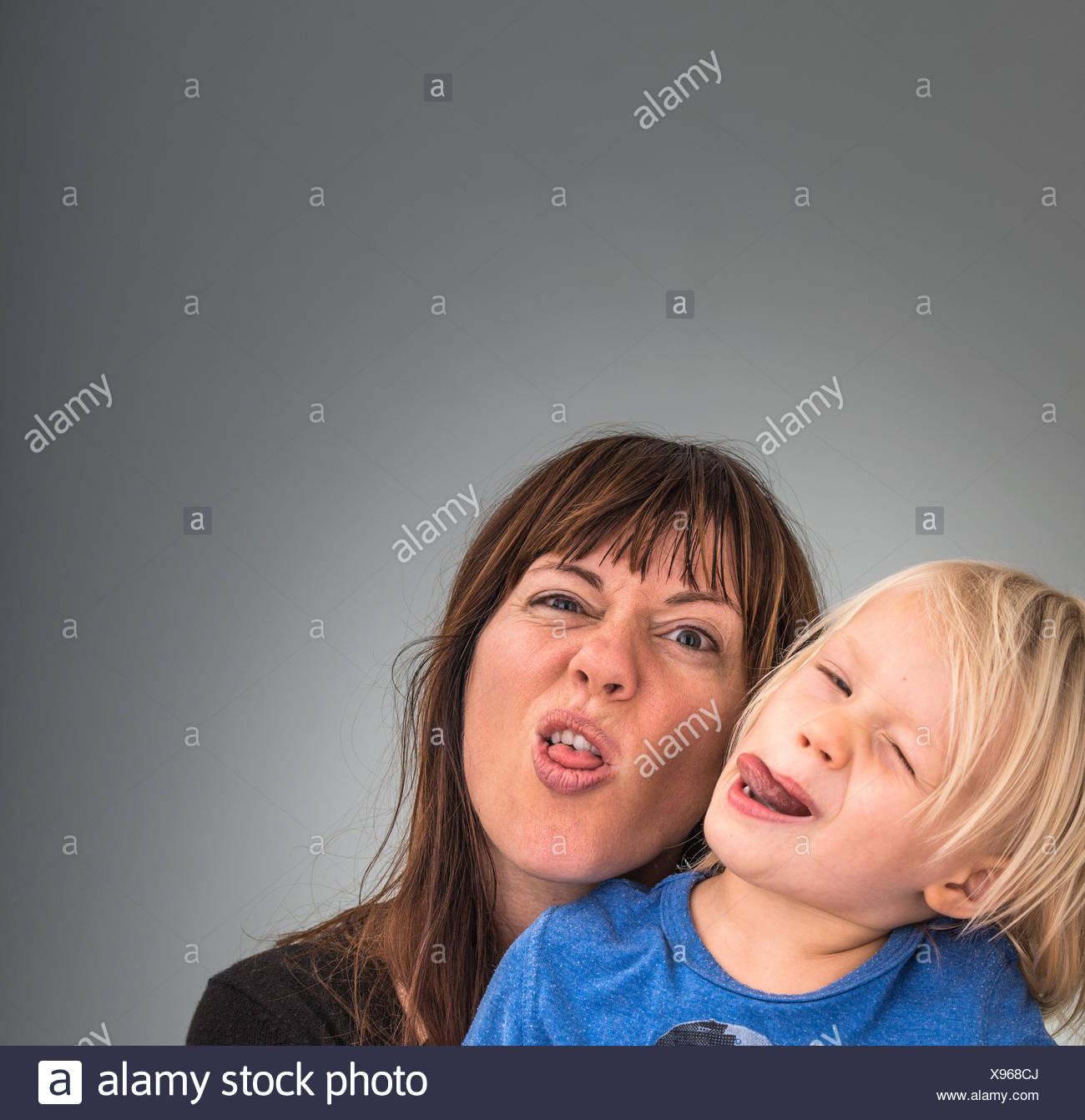 Retrato de la madre y el hijo, tirando de caras Imagen De Stock