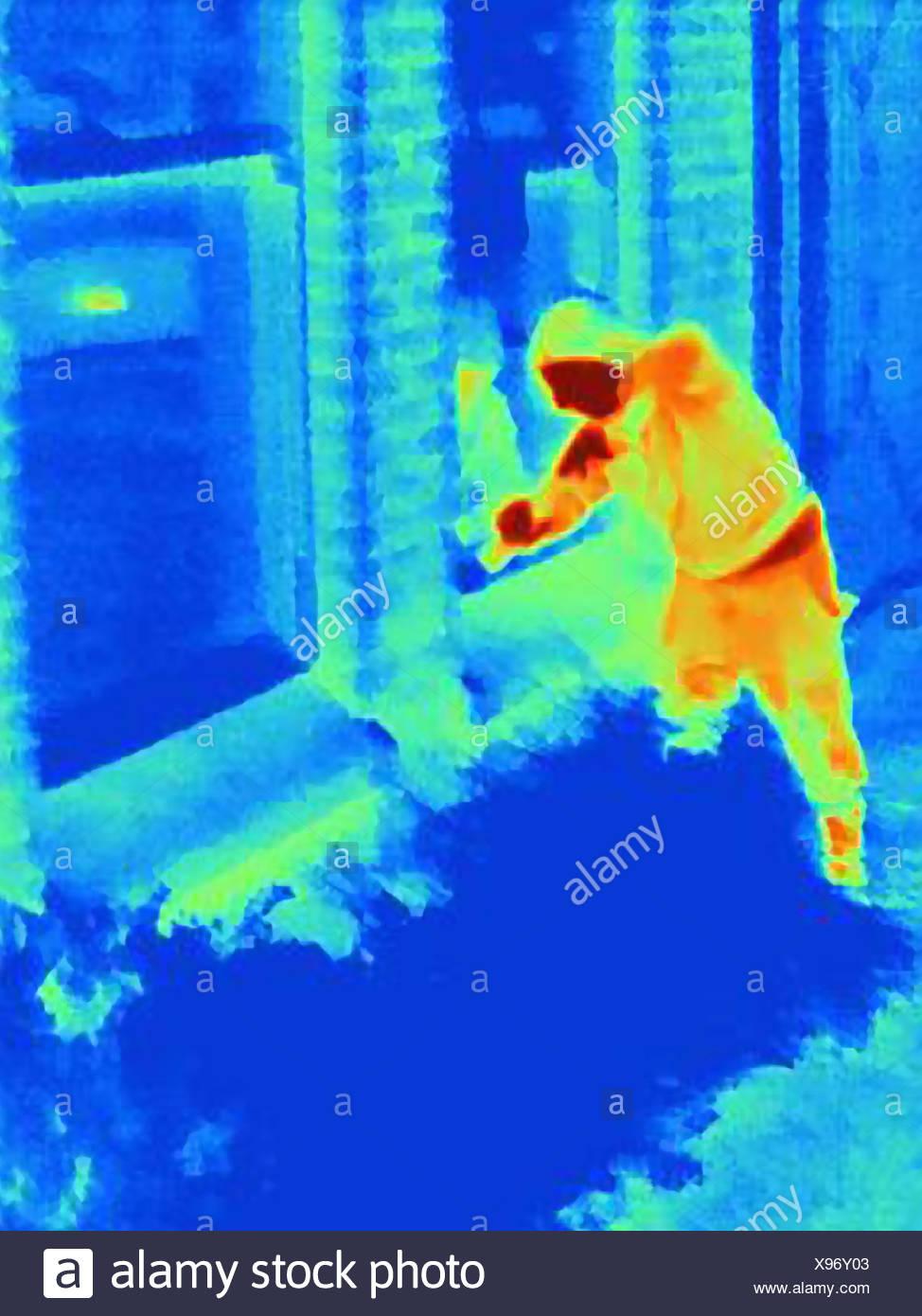 Fotografía térmica de un ladrón entrando en una casa Imagen De Stock