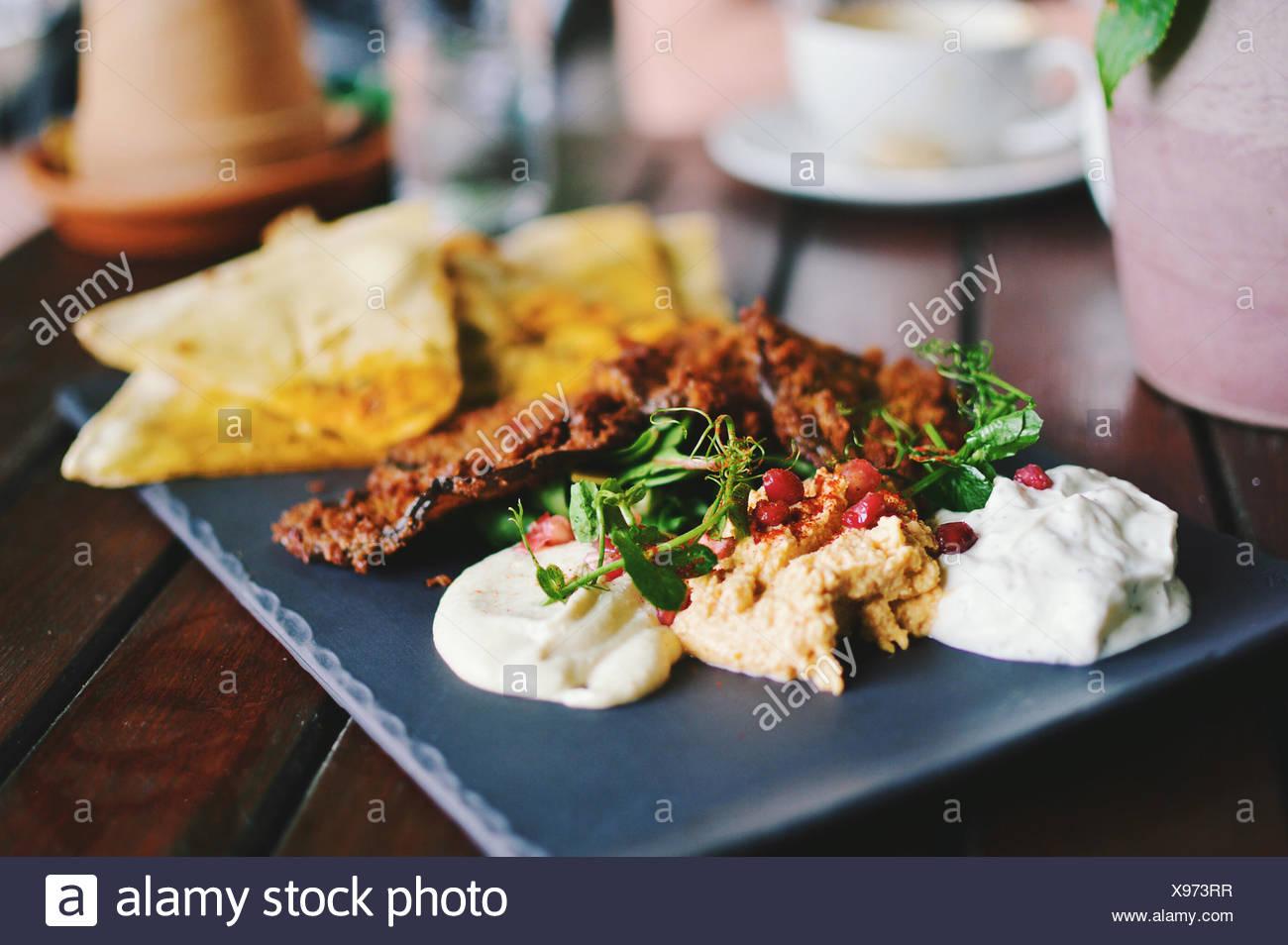El mezze mediterráneo con pan plano, hummus y granados Imagen De Stock