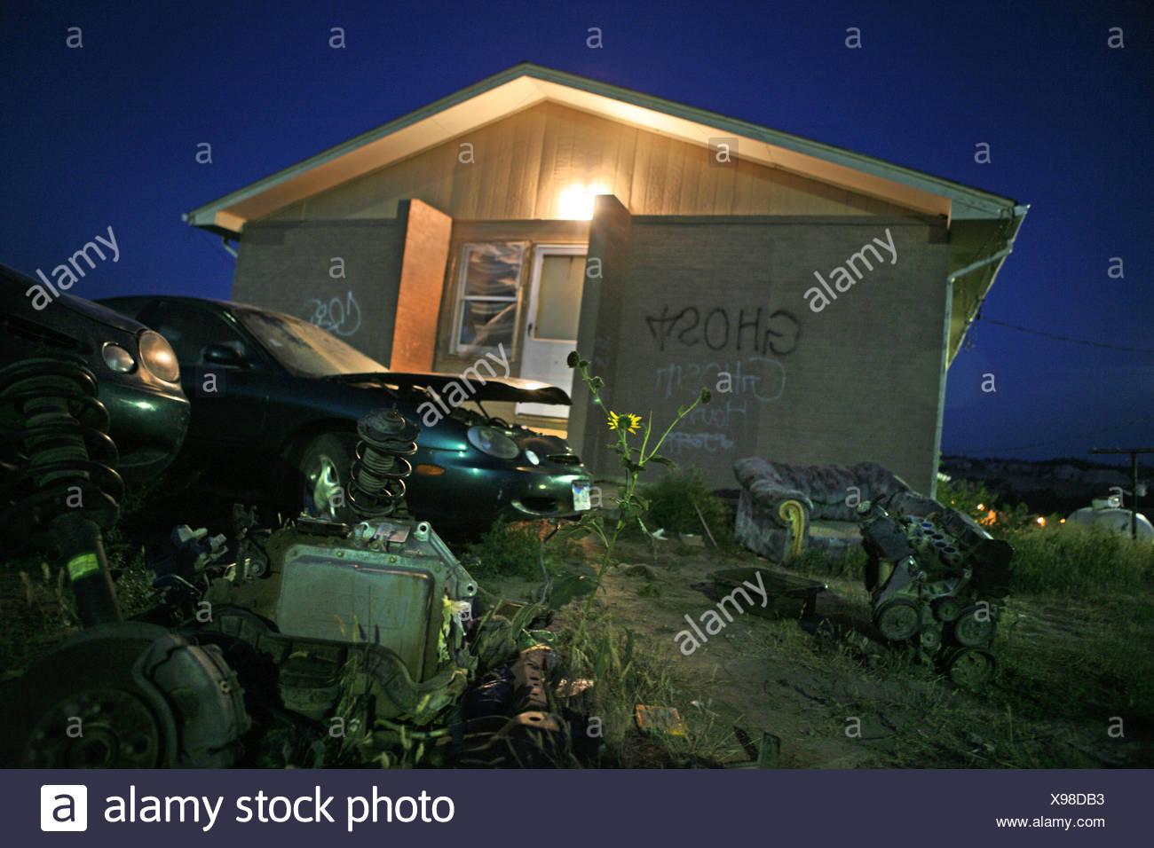 Un dormitorio casa donde viven 15 personas. Imagen De Stock