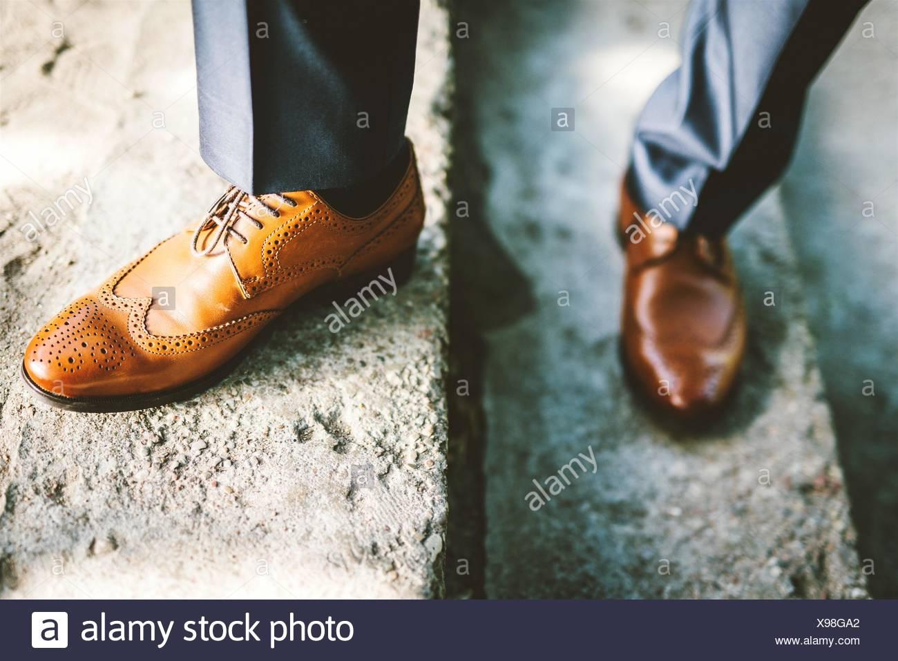 Bajo la sección de hombre con zapatos Brogue pararse en pasos Foto de stock