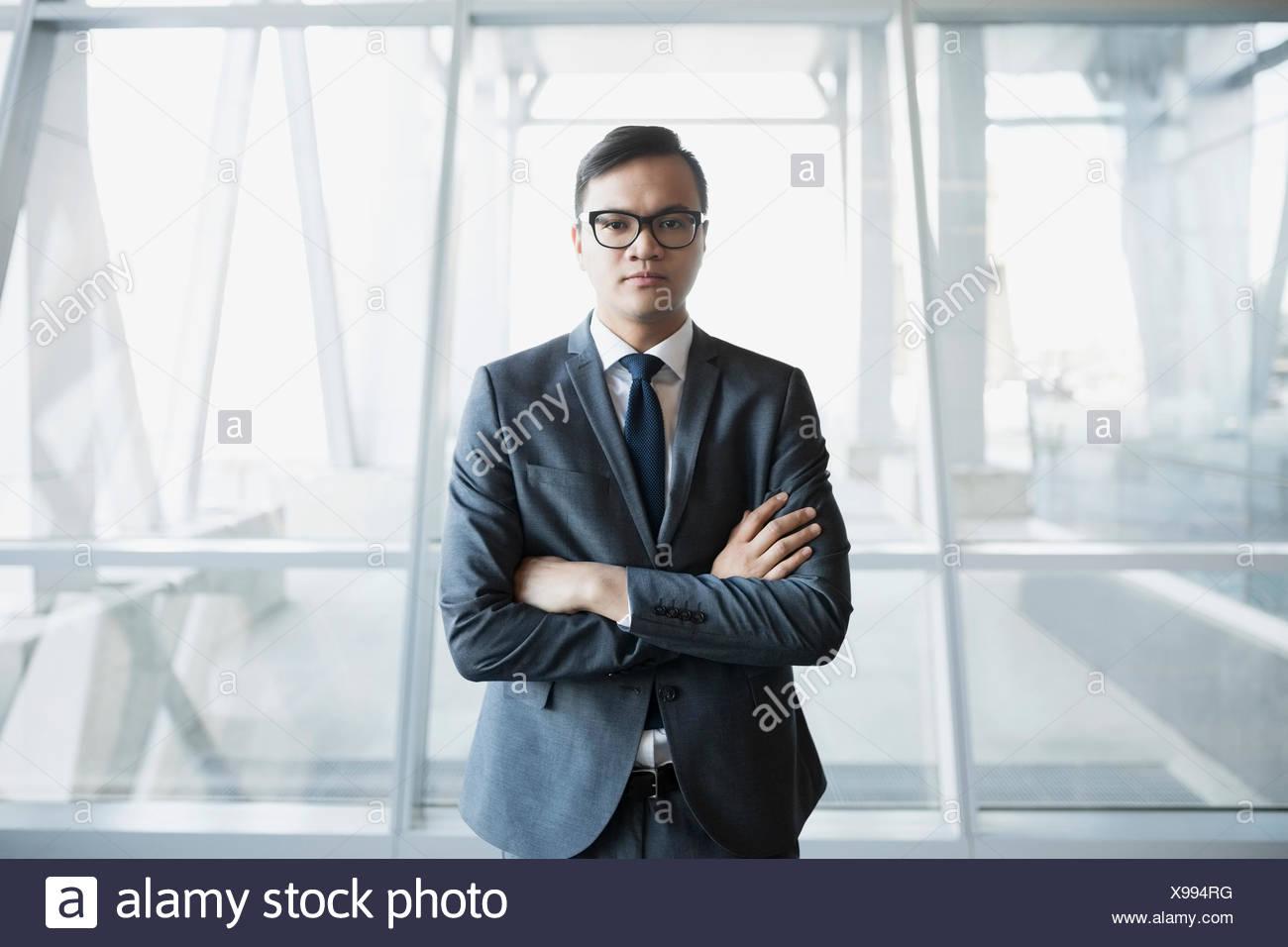 Retrato empresario serio en traje, con los brazos cruzados Foto de stock