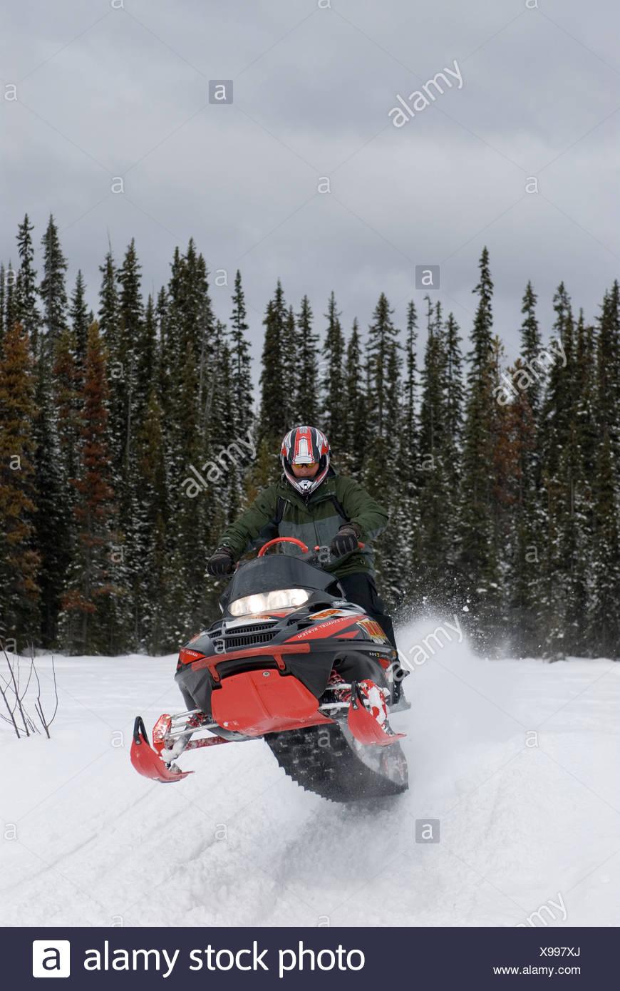 Un hombre joven atrapa algunos aire cerca de Sun Peaks Ski Resort, justo al norte de Kamloops, British Columbia, Canadá. Imagen De Stock