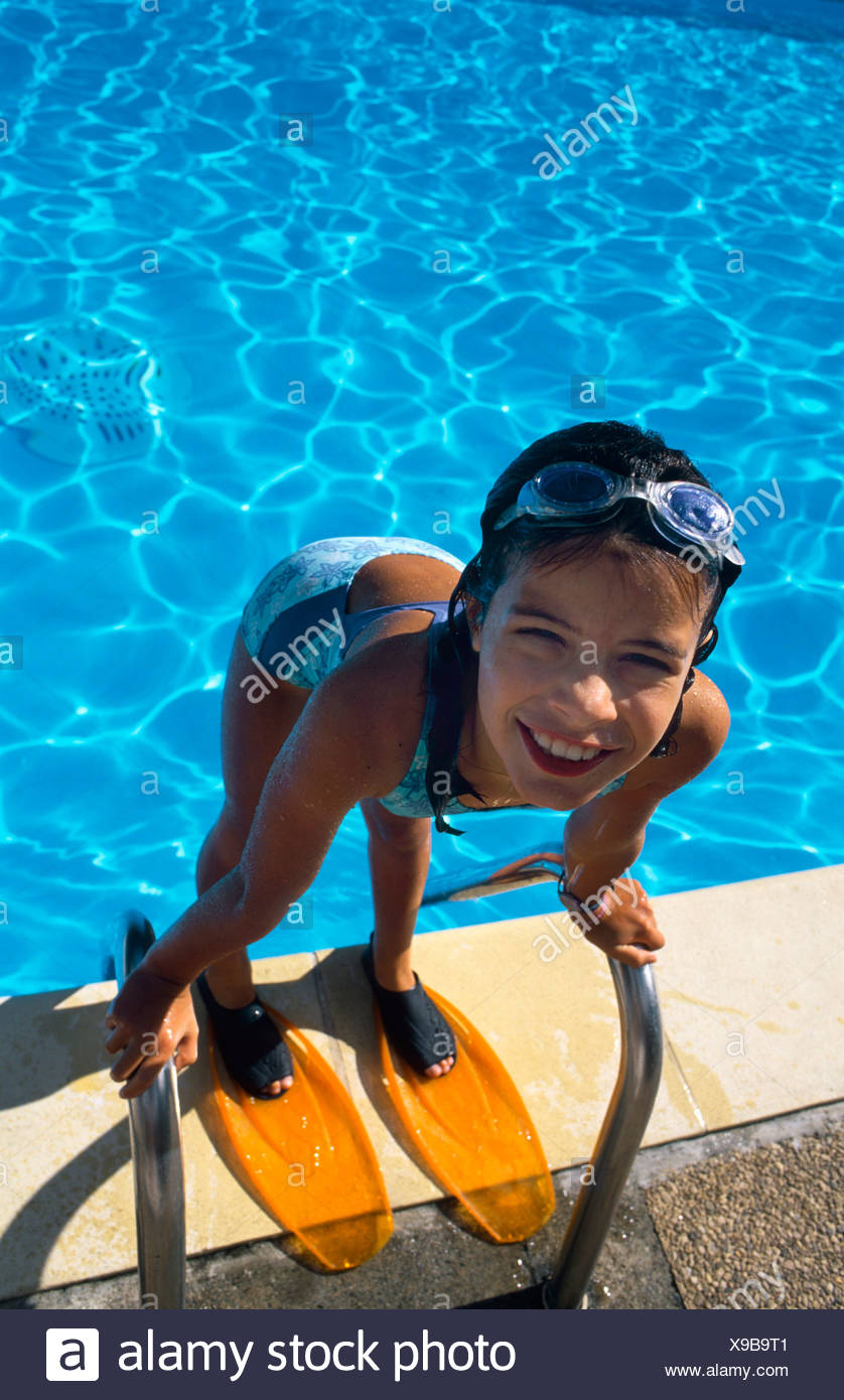 ca17e81bd Niña de pie en la piscina