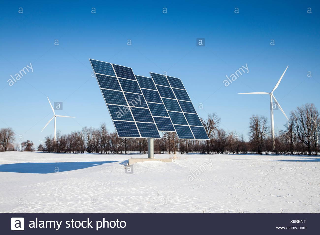 Paneles solares y eólicas en Wolfe Island, Ontario, Canadá Imagen De Stock