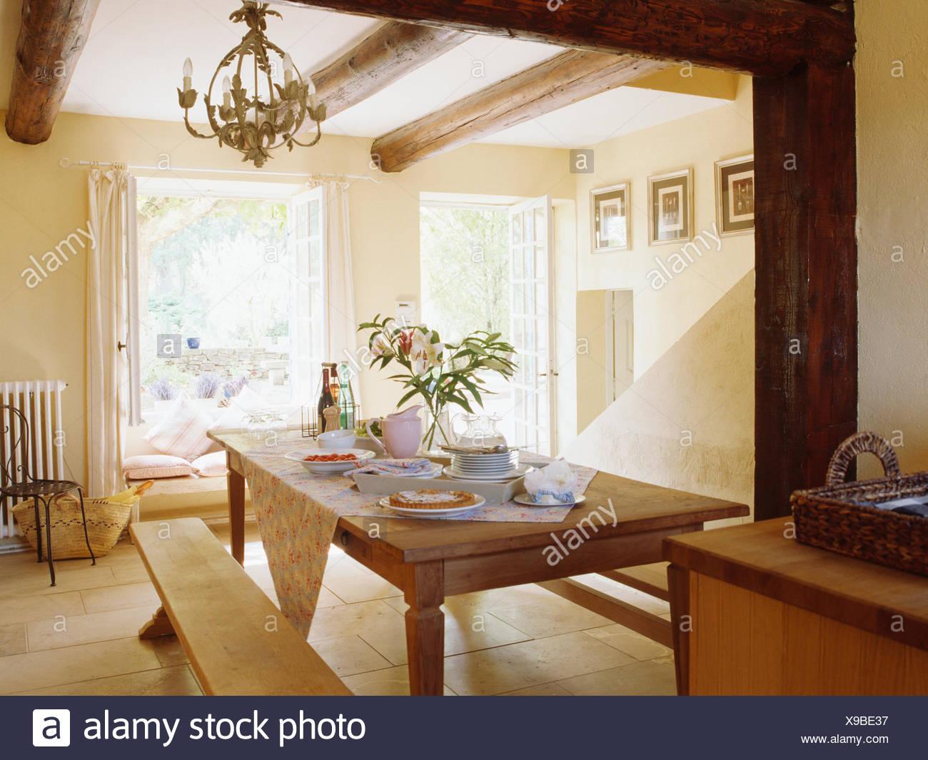 Sencillos bancos de madera y de madera de pino con crema de mesa ...