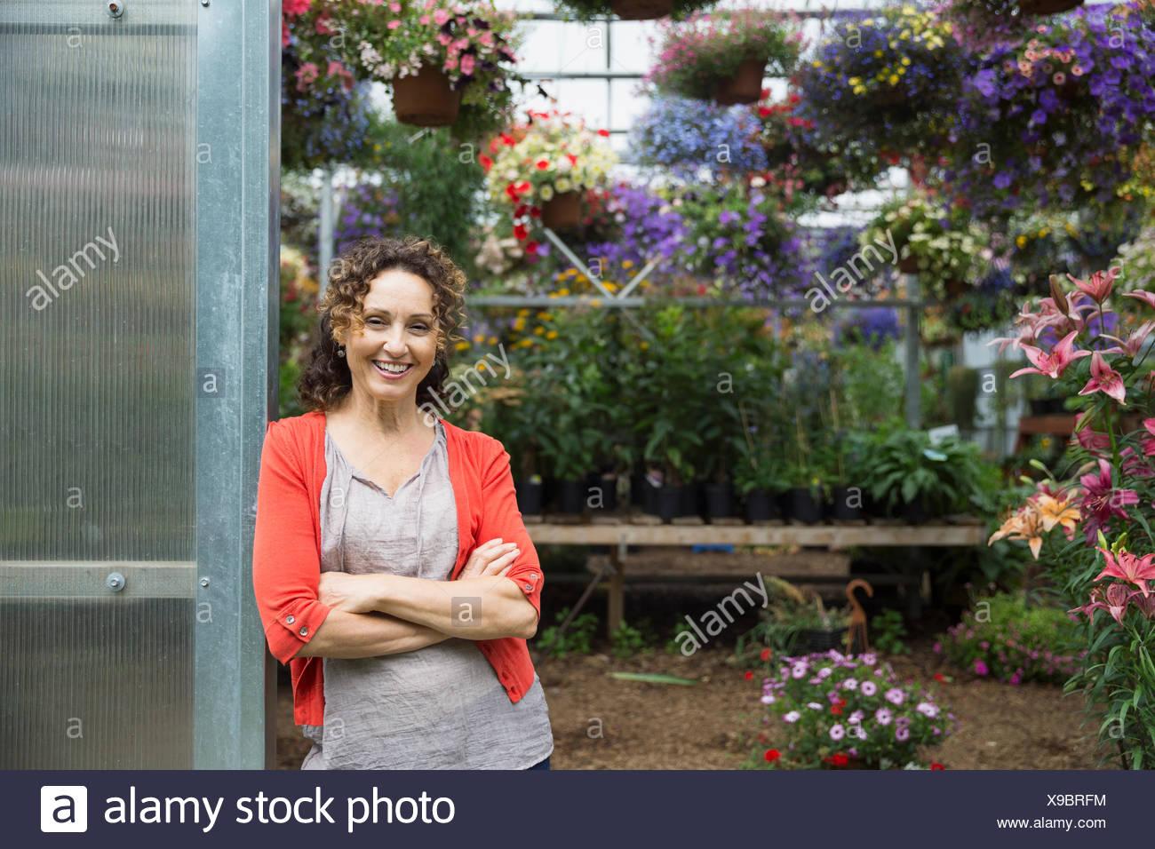 Seguros de mujer en la puerta del invernadero vivero Imagen De Stock