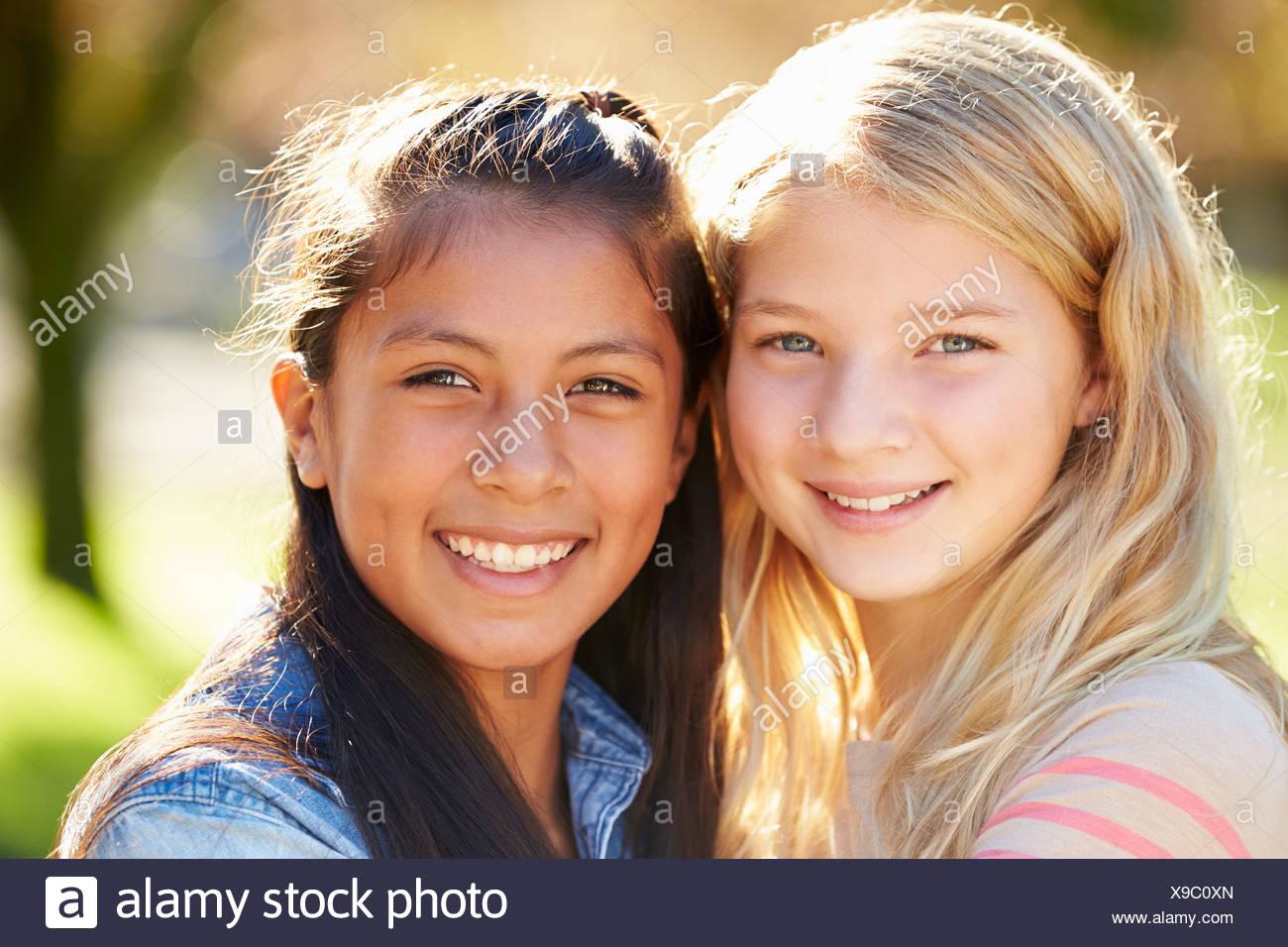 Retrato De Dos Muchachas Bonitas En El Campo Foto Imagen