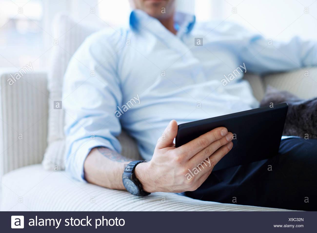 Captura recortada del hombre sujetando parte media tableta digital Imagen De Stock