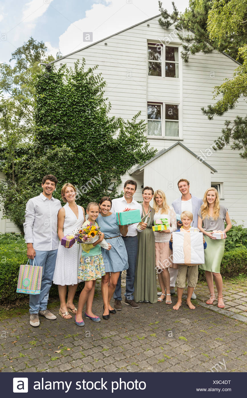Retrato de tres generaciones de la familia regalos de cumpleaños en el jardín Imagen De Stock