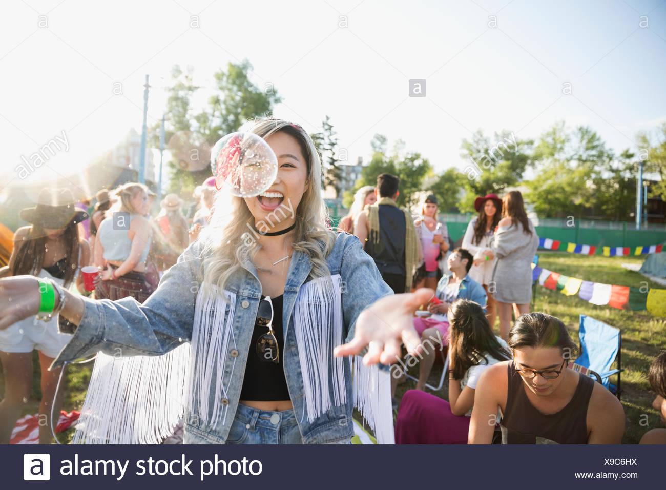 Juguetón joven con burbujas en el festival de música de verano camping Imagen De Stock
