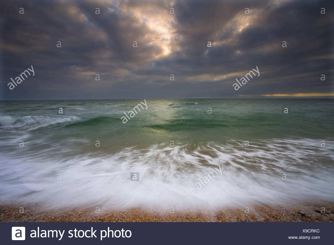 La acción de las olas y acercarse a la tormenta. Slapton Sands. Devon Imagen De Stock