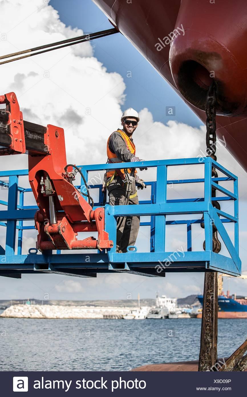 Retrato de trabajador en plataforma de visualización inspeccionando petrolero Imagen De Stock