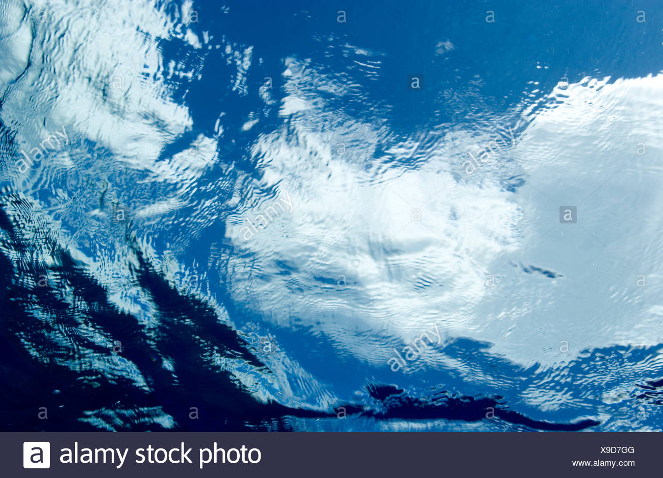 Vista submarina de superficie del agua nubes vistos a través de la superficie Imagen De Stock