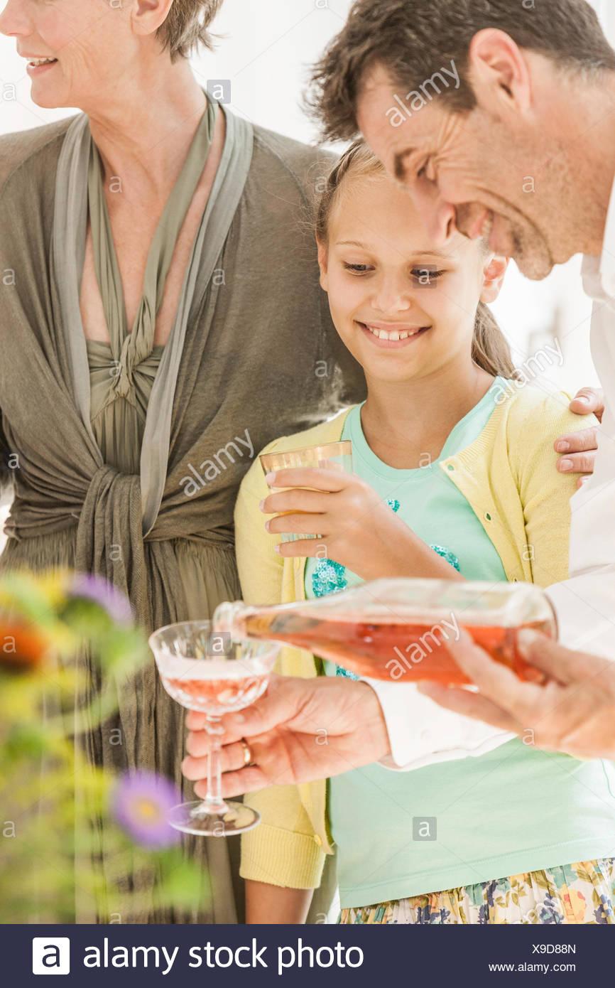 Hombre maduro, verter el vino en la fiesta familiar Imagen De Stock