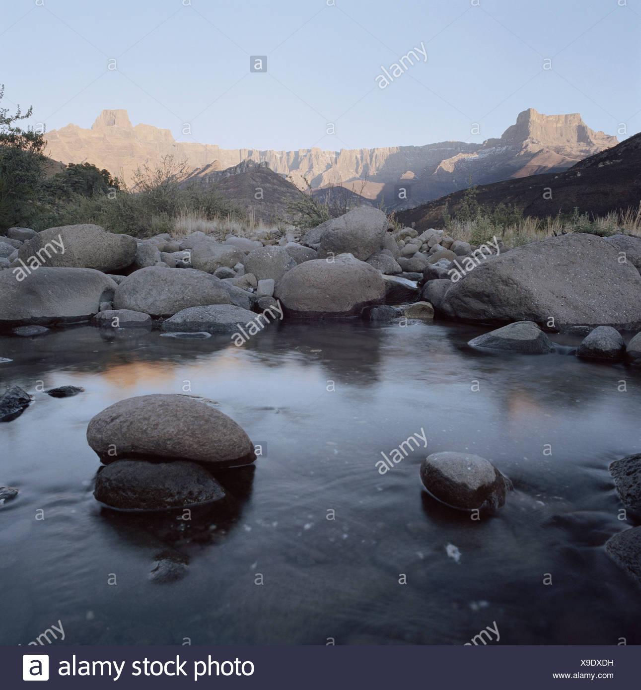 Sudáfrica, Kwa Zulu Natal, el Drakensberg, Tugela río, arroyo de montaña, anfiteatro en segundo plano. Foto de stock