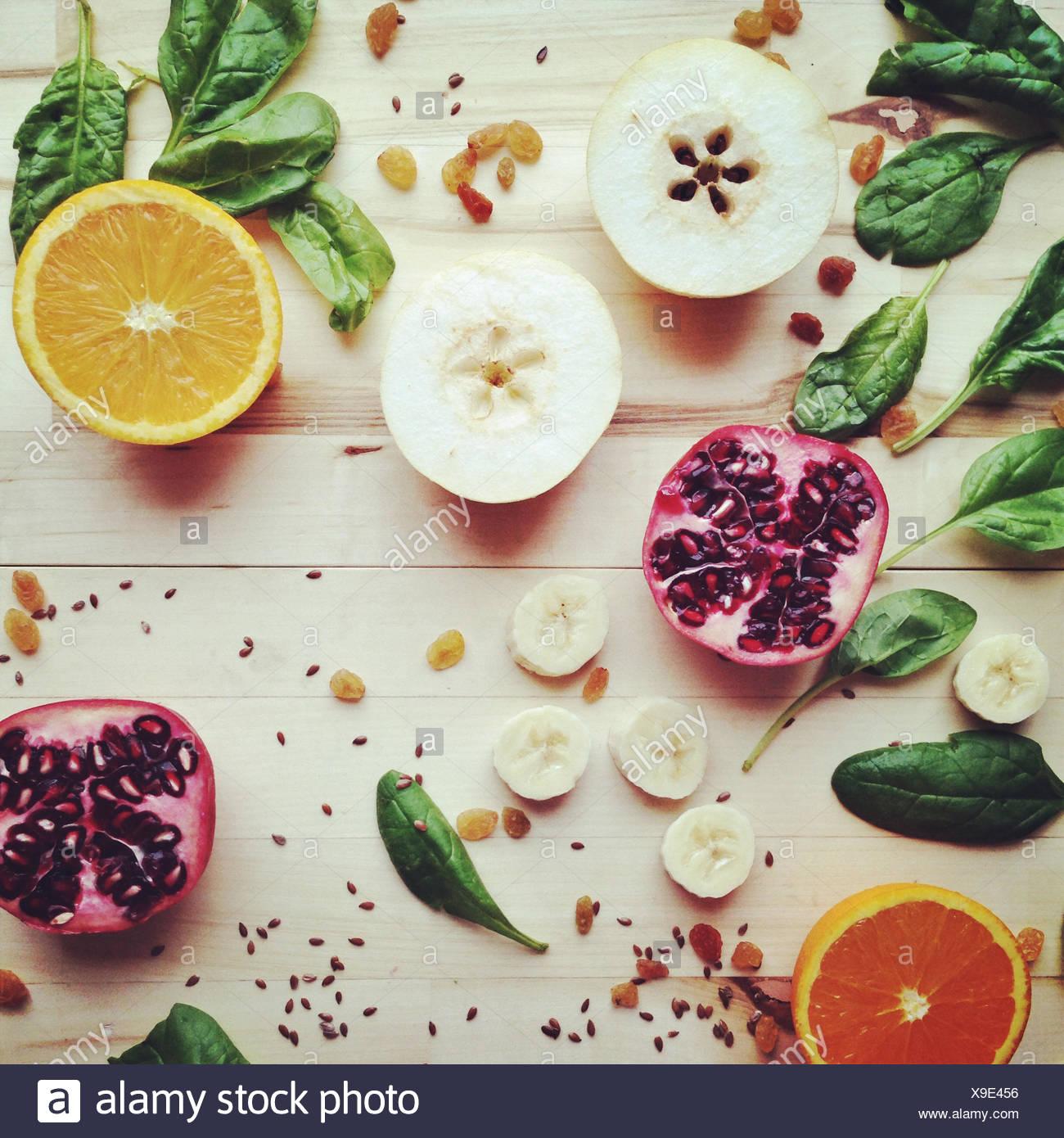 Rodajas de frutas, semillas y verduras Imagen De Stock