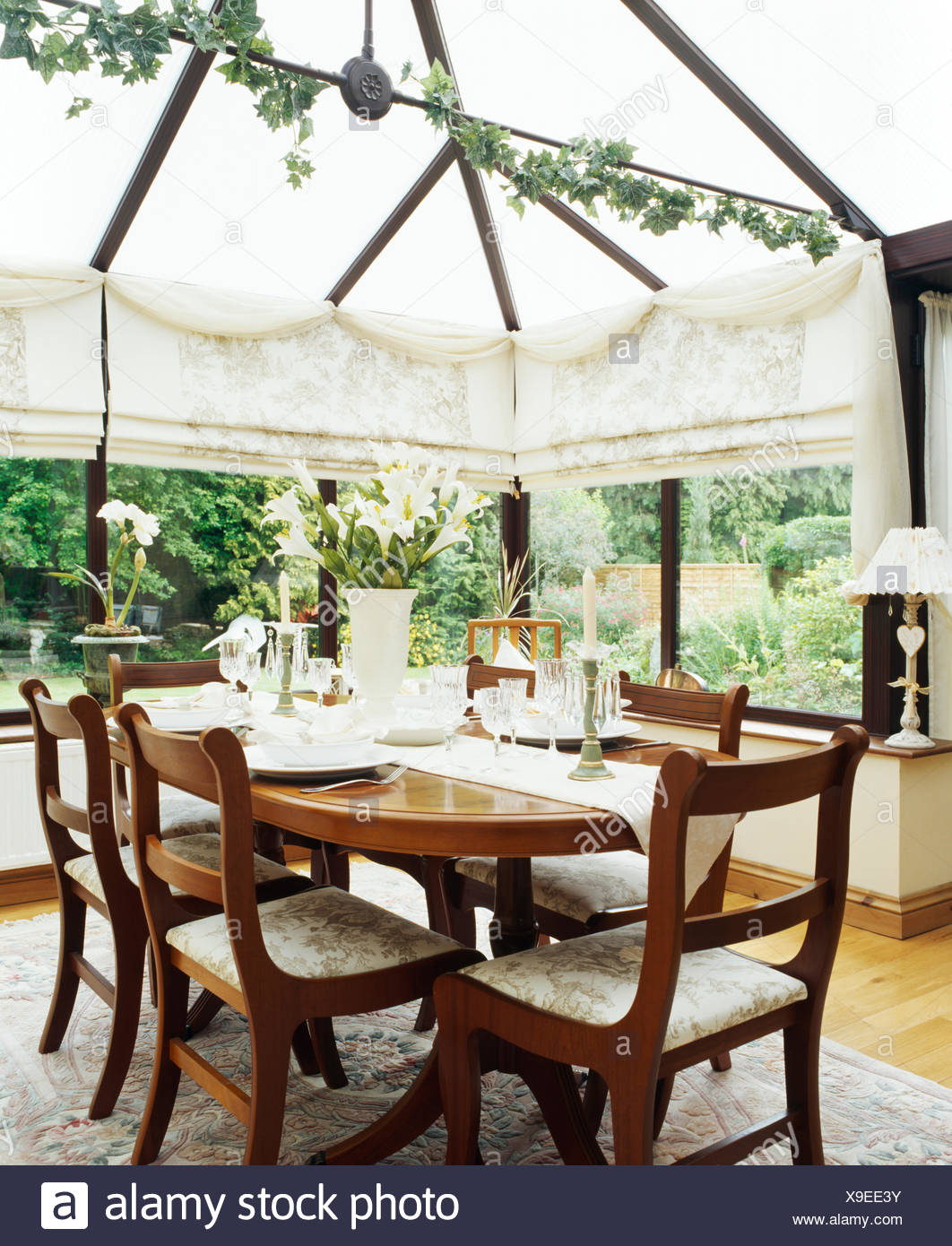 Mesa antigua y sillas de comedor acristalado con crema de ...