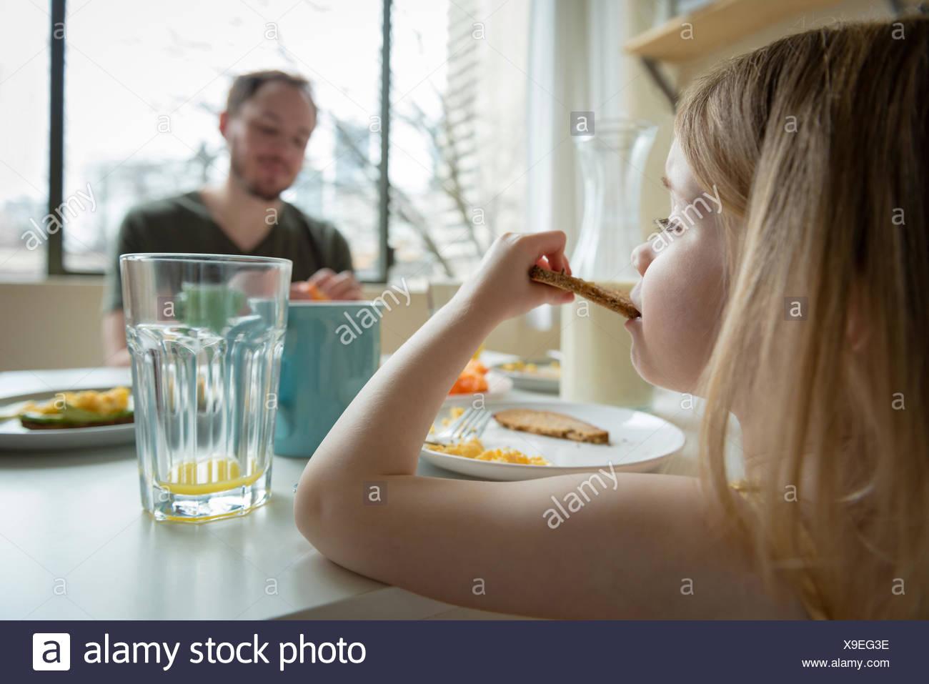 El padre y la hija de desayunar Imagen De Stock