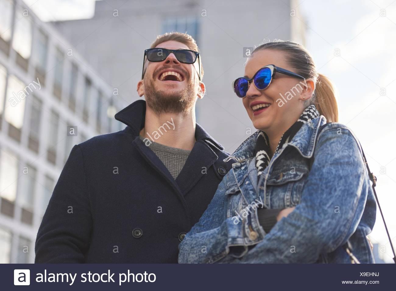 Pareja joven con gafas de sol y ropa de abrigo, exteriores Imagen De Stock