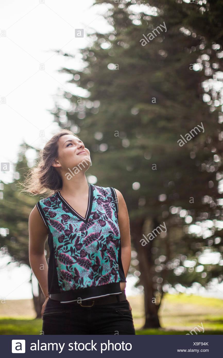 Mujer disfrutando park Imagen De Stock