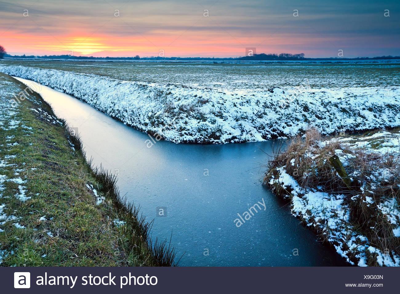 Atardecer en praderas de invierno Imagen De Stock