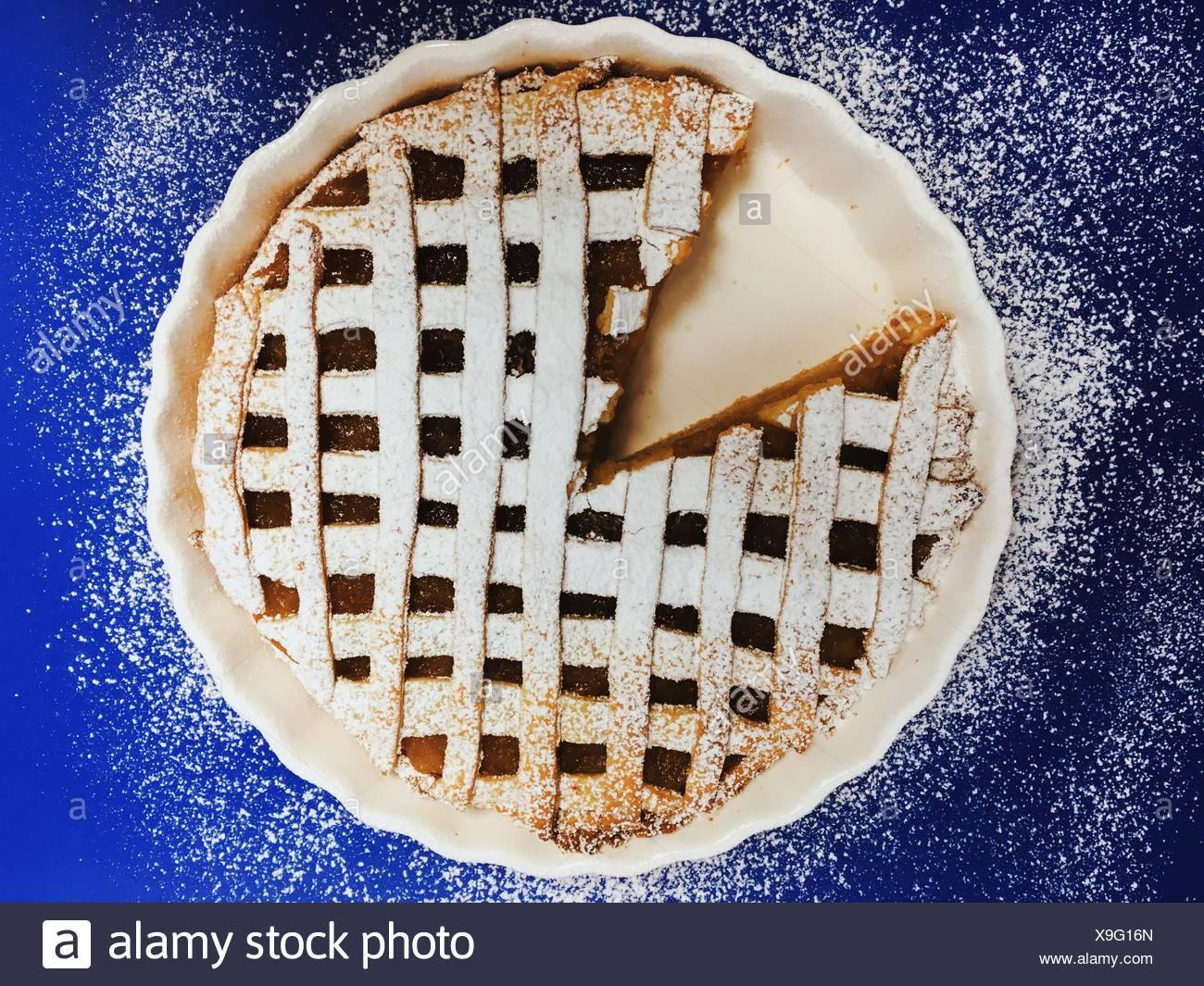 Primer plano de pastel dulce con un corte extraído Imagen De Stock