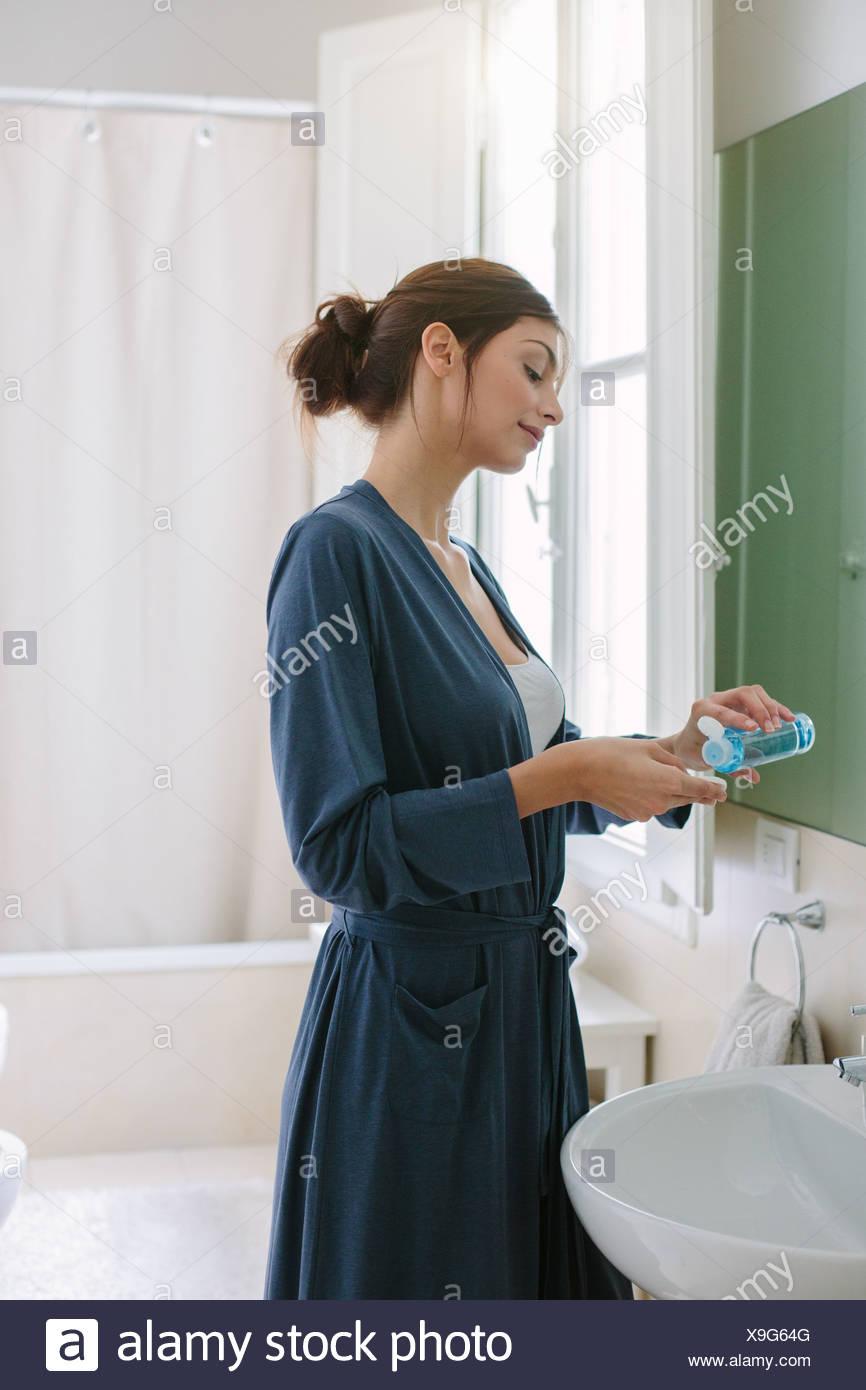 Mujer joven haciendo su rutina de belleza Foto de stock