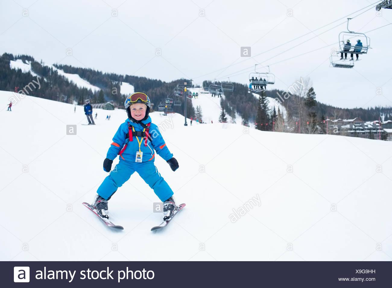Smiley little boy (5) en la estación de esquí Imagen De Stock