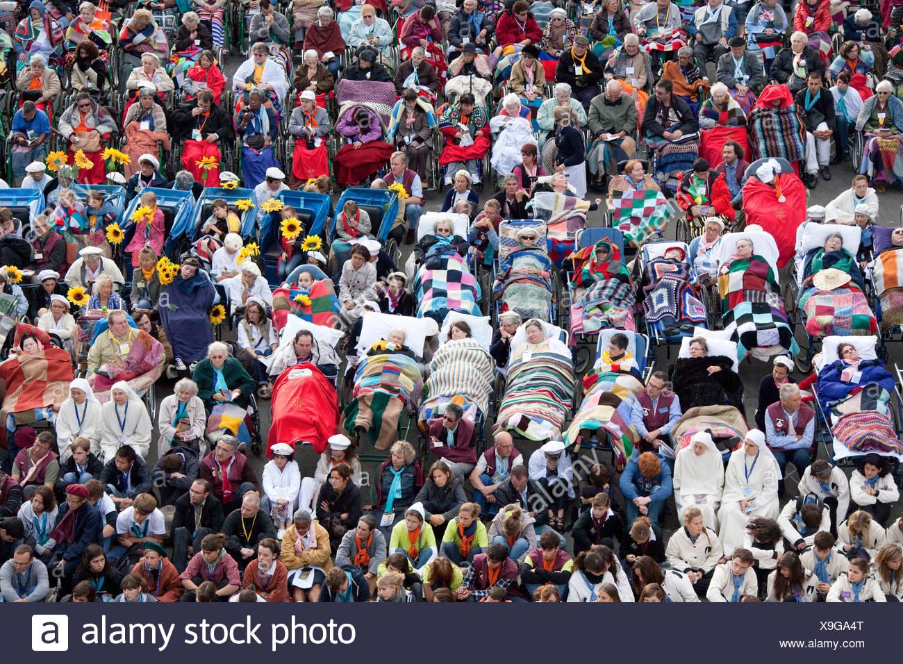 Francia, Europa, Lourdes, Pirineos, lugar de peregrinación, la esperanza, el milagro, minusválidos, obstaculiza, creyentes, acreedores, religión Foto de stock