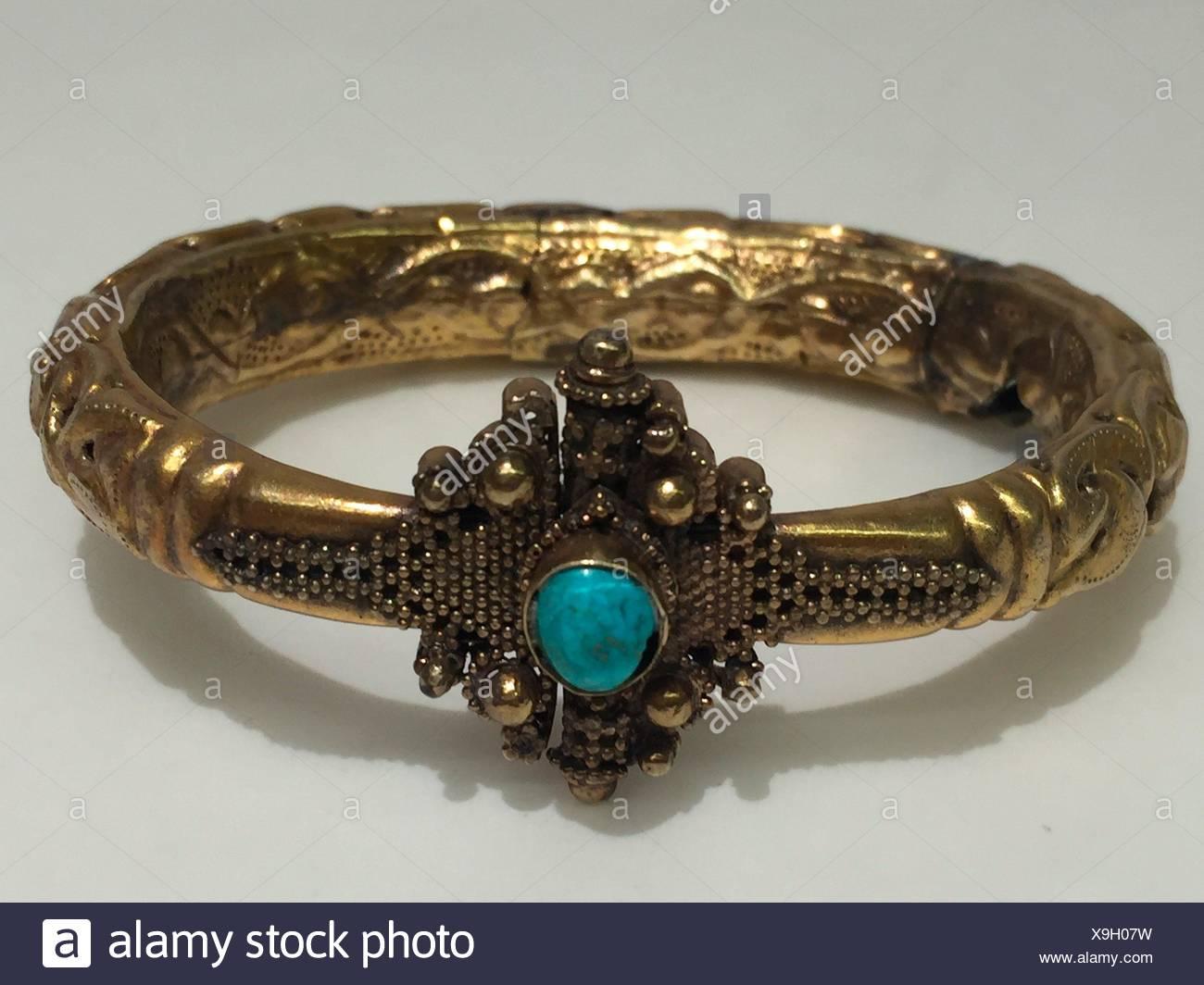 Brazalete. Fecha: 11th-12th century; Geografía: atribuido a Siria; Media: Oro, turquesa; Dimensiones: Diam. 2-7/8 (7,3 cm); Clasificación: Imagen De Stock