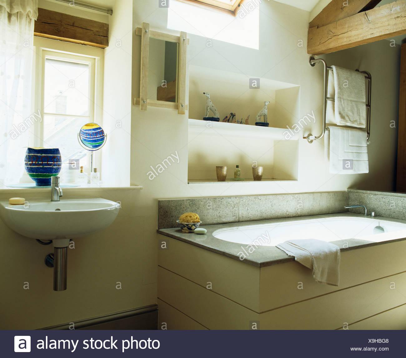 Alcove estanterías sobre la bañera en país moderno cuarto de ...