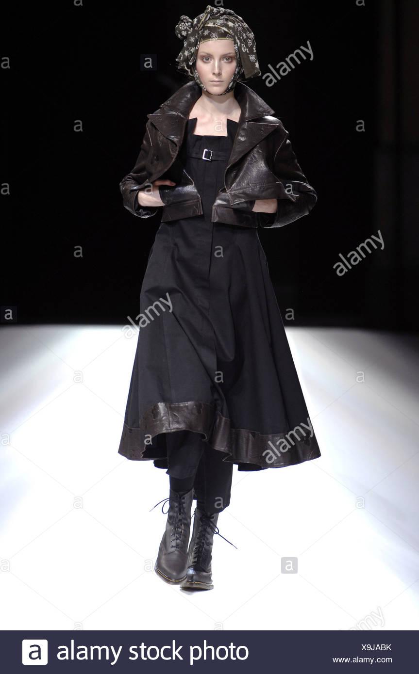 Modelo Vistiendo Vestido Negro Más Pantalones Y Botas Lace